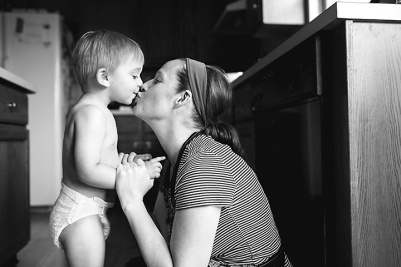 columbus ohio lifestyle photographer - toddler kissing mom