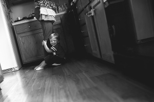 columbus ohio lifestyle photographer - toddler with mom in kitchen