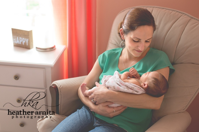 Lifestyle session newborn with mom