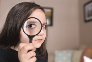 columbus ohio lifestyle photography girl with magnifying glass