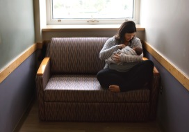 columbus-ohio-fresh-48-mom-holding-baby-couch-and-window-light-color-full