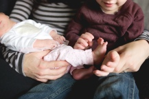 columbus-ohio-newborn-lifestyle-brother-playing-with-baby-toes-full