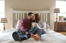 columbus-ohio-newborn-lifestyle-photography-family-on-master-bed-kissing-full