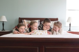 columbus-ohio-newborn-lifestyle-session-kids-on-bed-looking-at-baby-2-full
